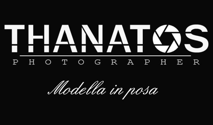 Copertina thanatos photographer, modella in posa