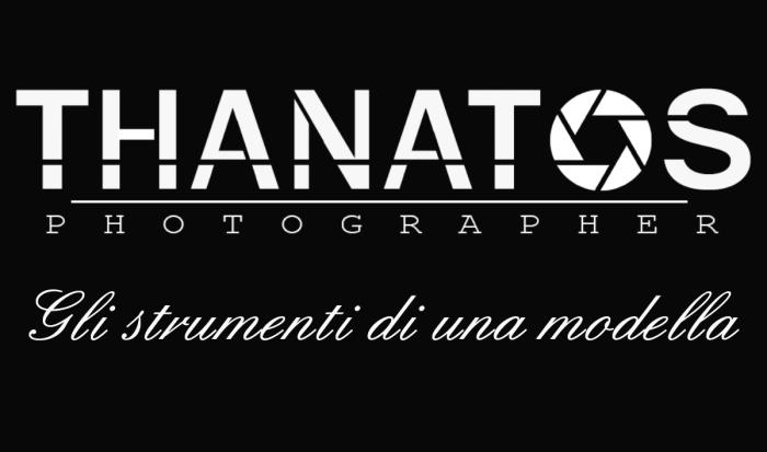 Copertina thanatos photographer, gli strumenti di una modella